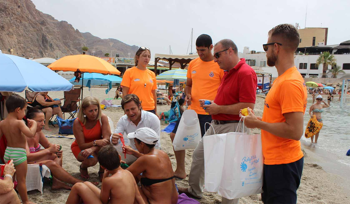 Ayuntamiento e Hidralia reparten dos mil conos para pequeños residuos y pulseras identificativas en las playas