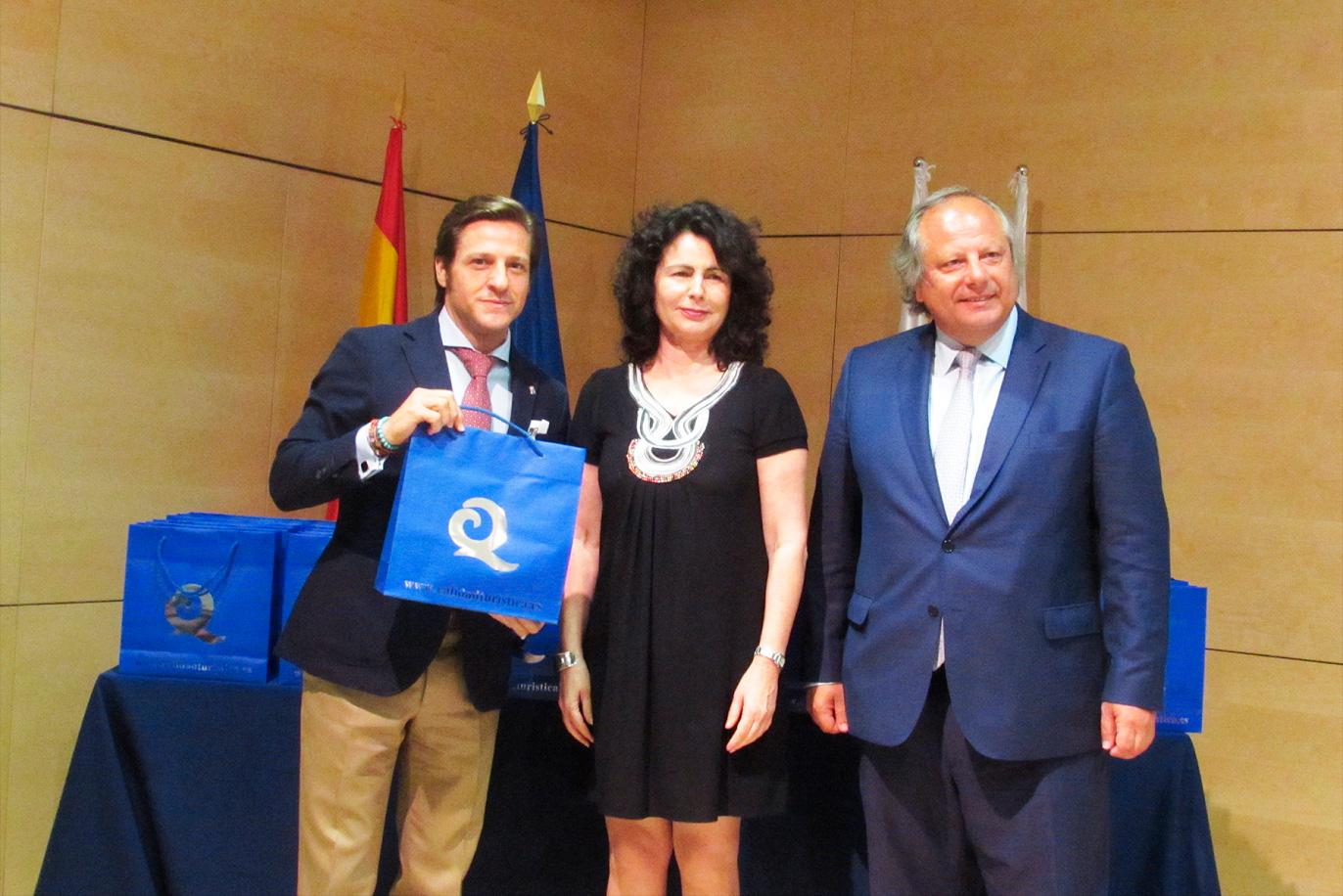 Luis Miguel Carmona recoge las seis banderas Q de Calidad Turística para las playas roqueteras