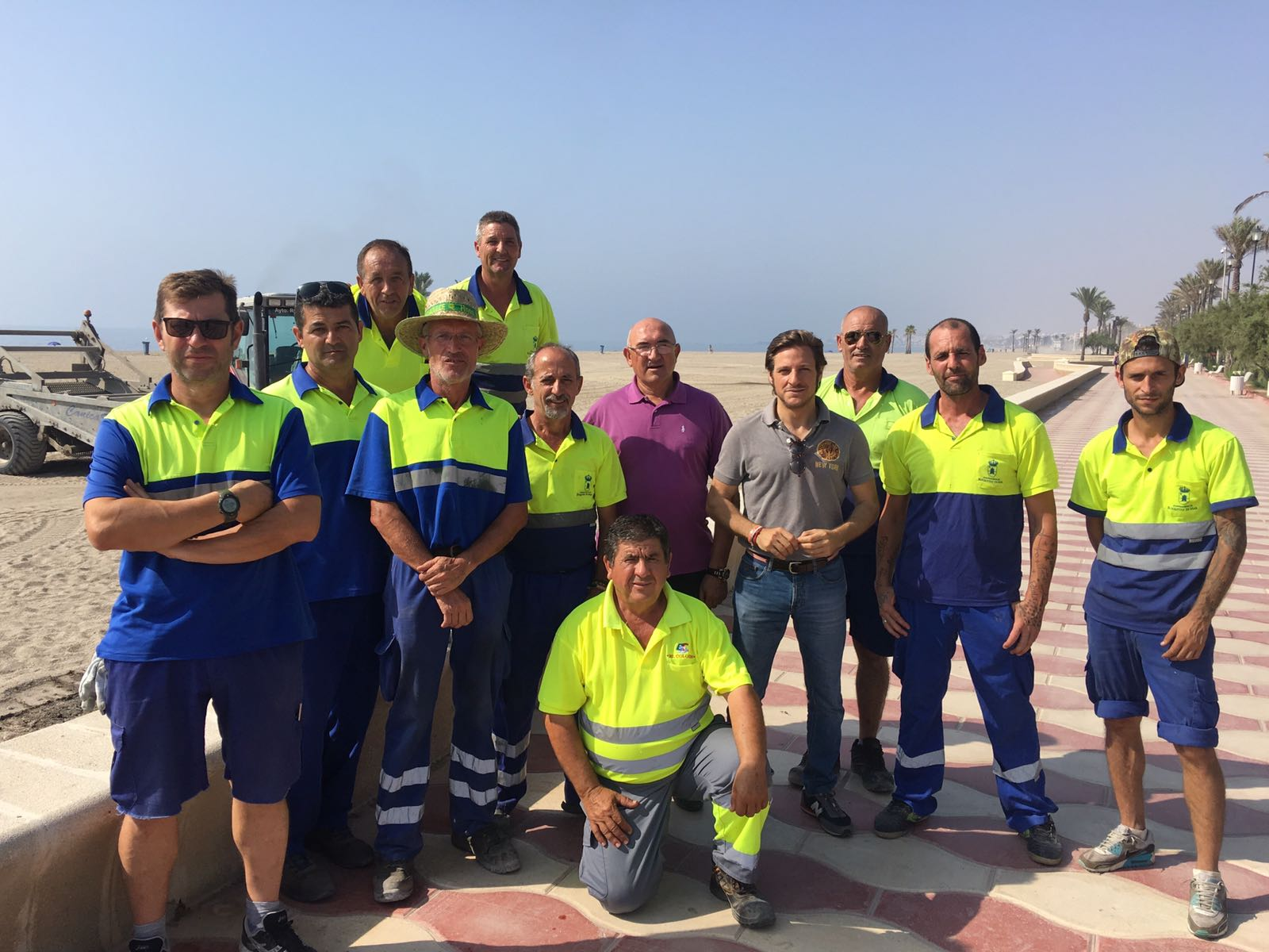 El dispositivo de limpieza del Ayuntamiento de Roquetas recoge 48 toneladas de cenizas en la mañana de San Juan