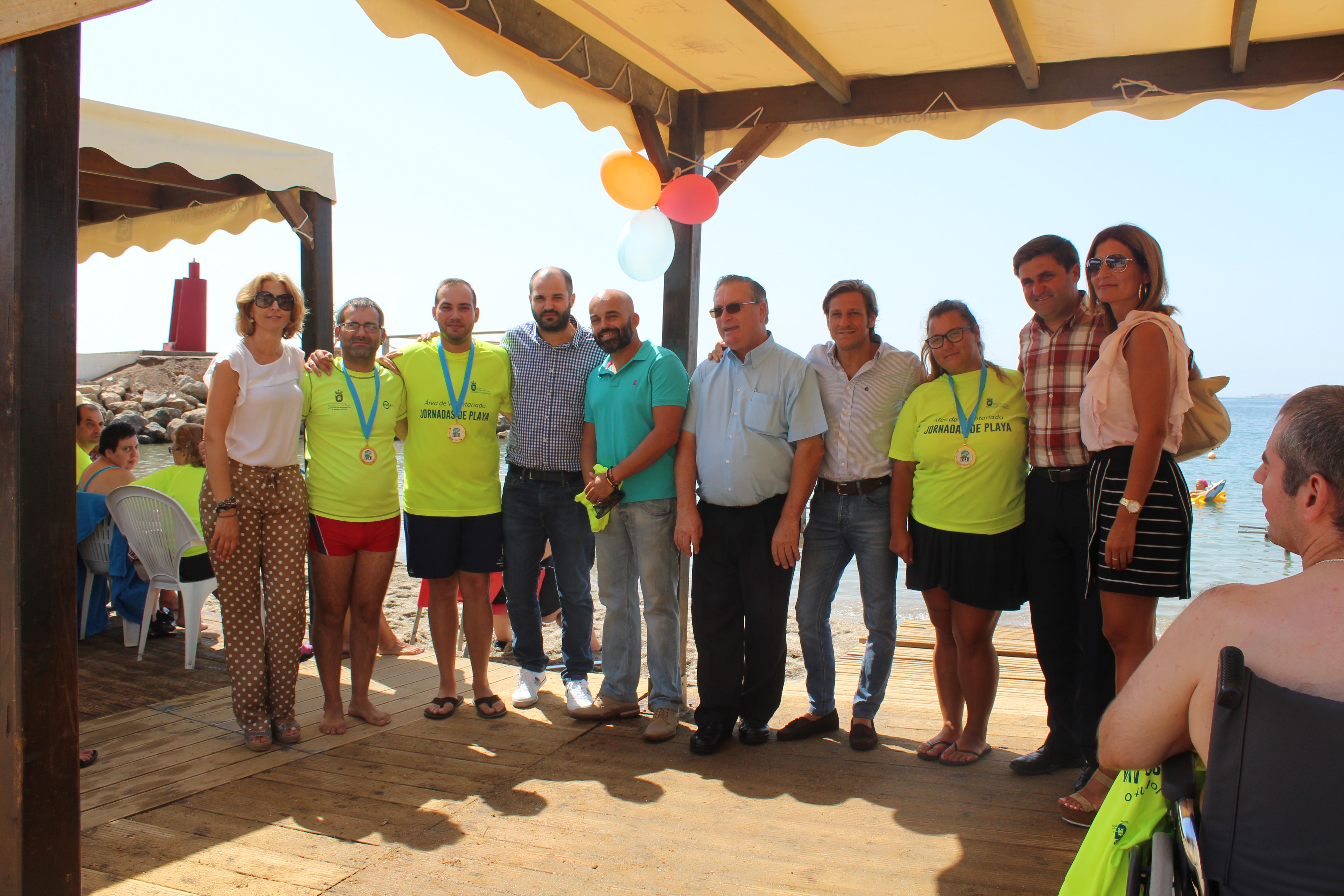 Homenaje a los voluntarios  del programa de atención a personas con movilidad reducida en la playa