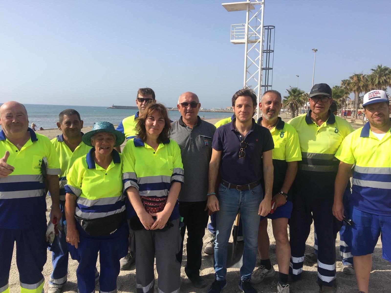 El dispositivo de limpieza de playas recoge 32 toneladas de ceniza y lijo y otras 10 de basura en un tiempo récord