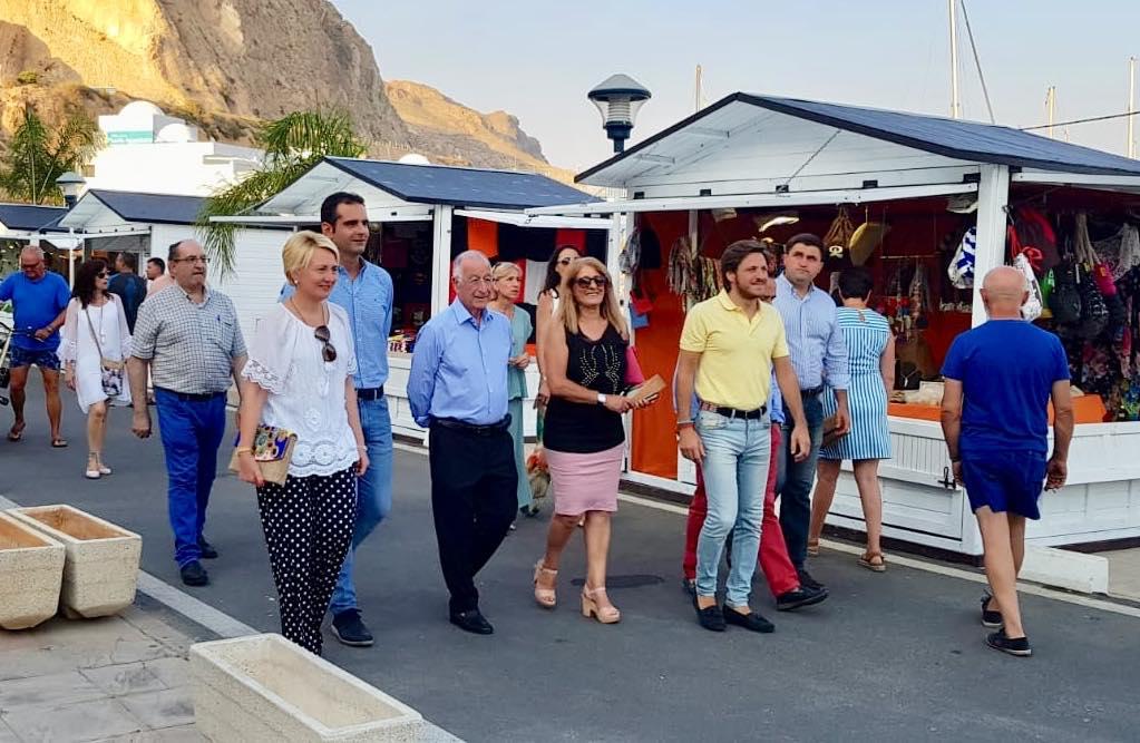 Los alcaldes de Almería y Roquetas visitan el Mercado del Mar que, en el Puerto Deportivo de Aguadulce, reúne a veinte puestos de artesanía