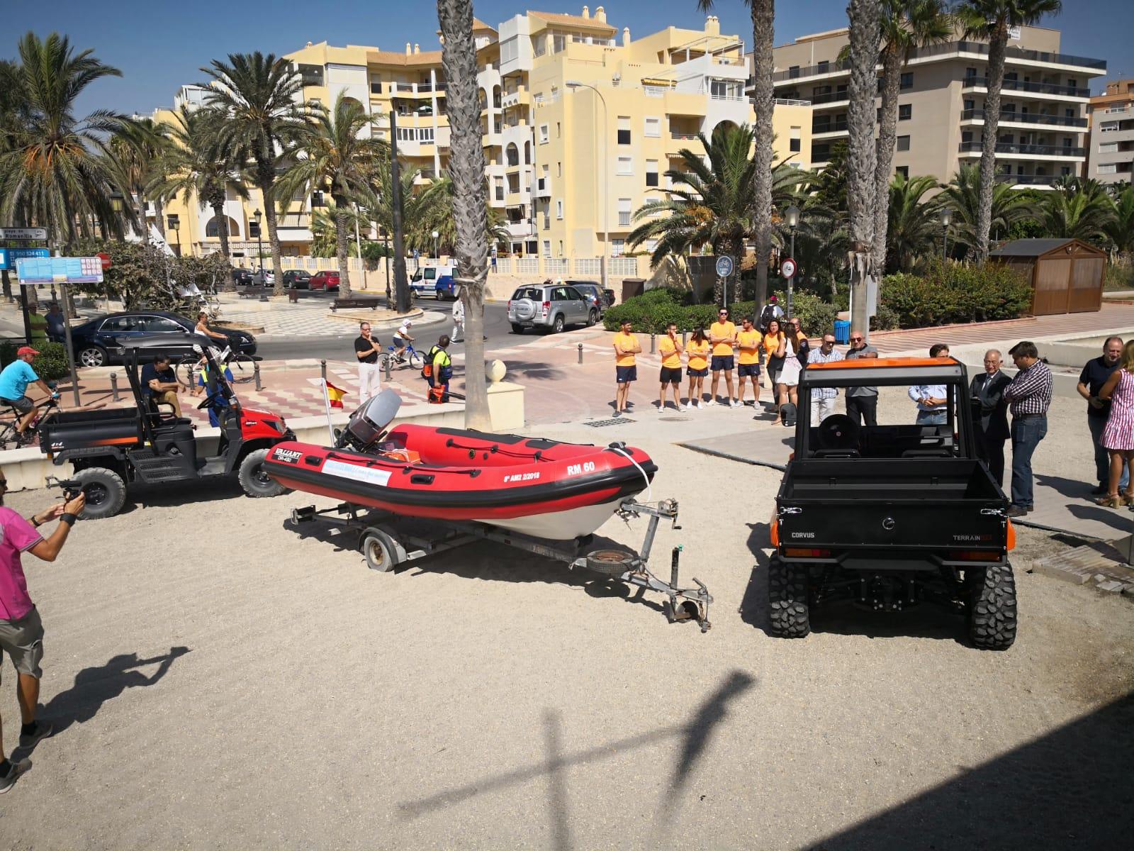 Dos vehículos y una embarcación, para el mantenimiento de las playas de Roquetas