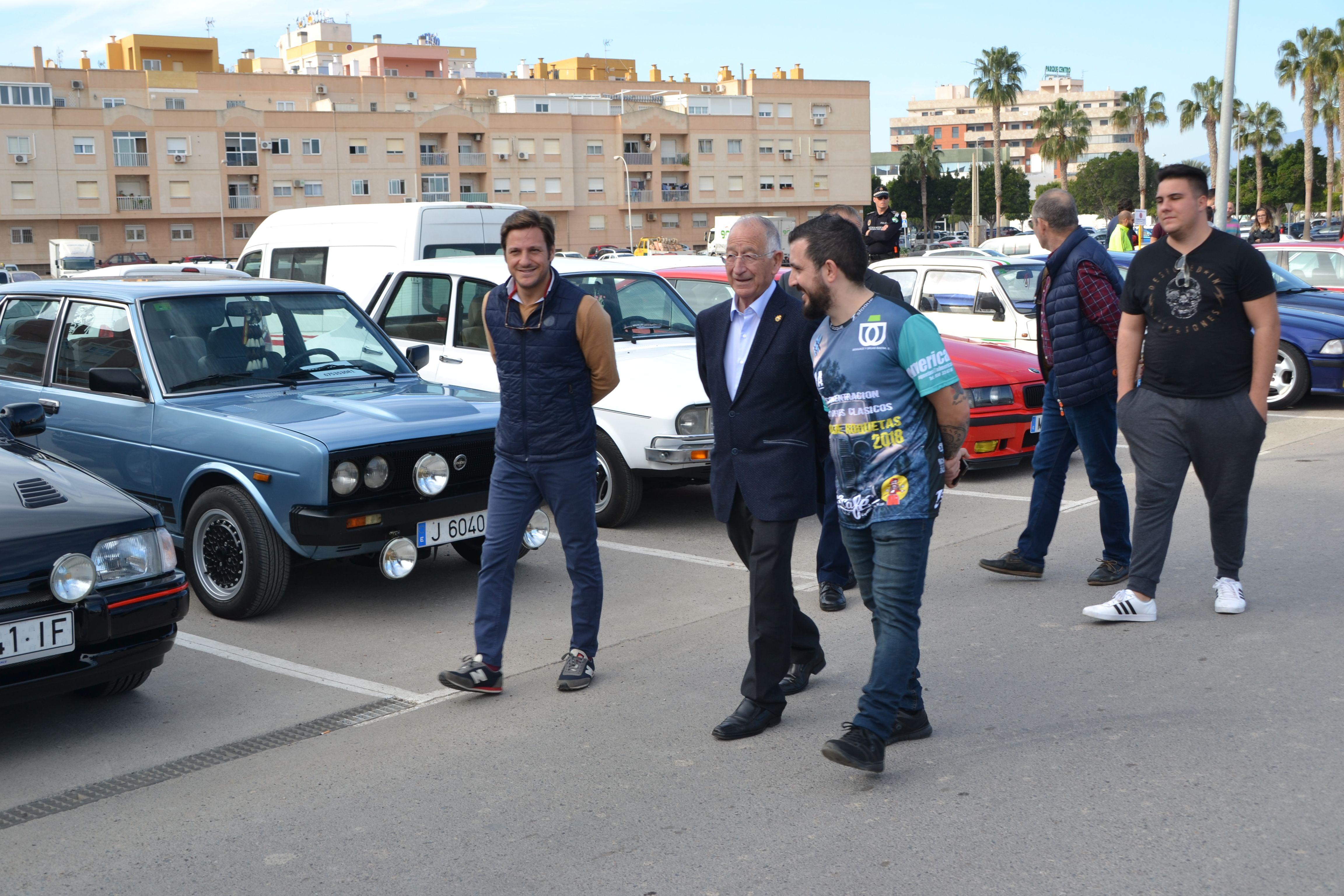 Más de 200 vehículos antiguos sitúan a Roquetas de Mar como referente entre los aficionados al motor