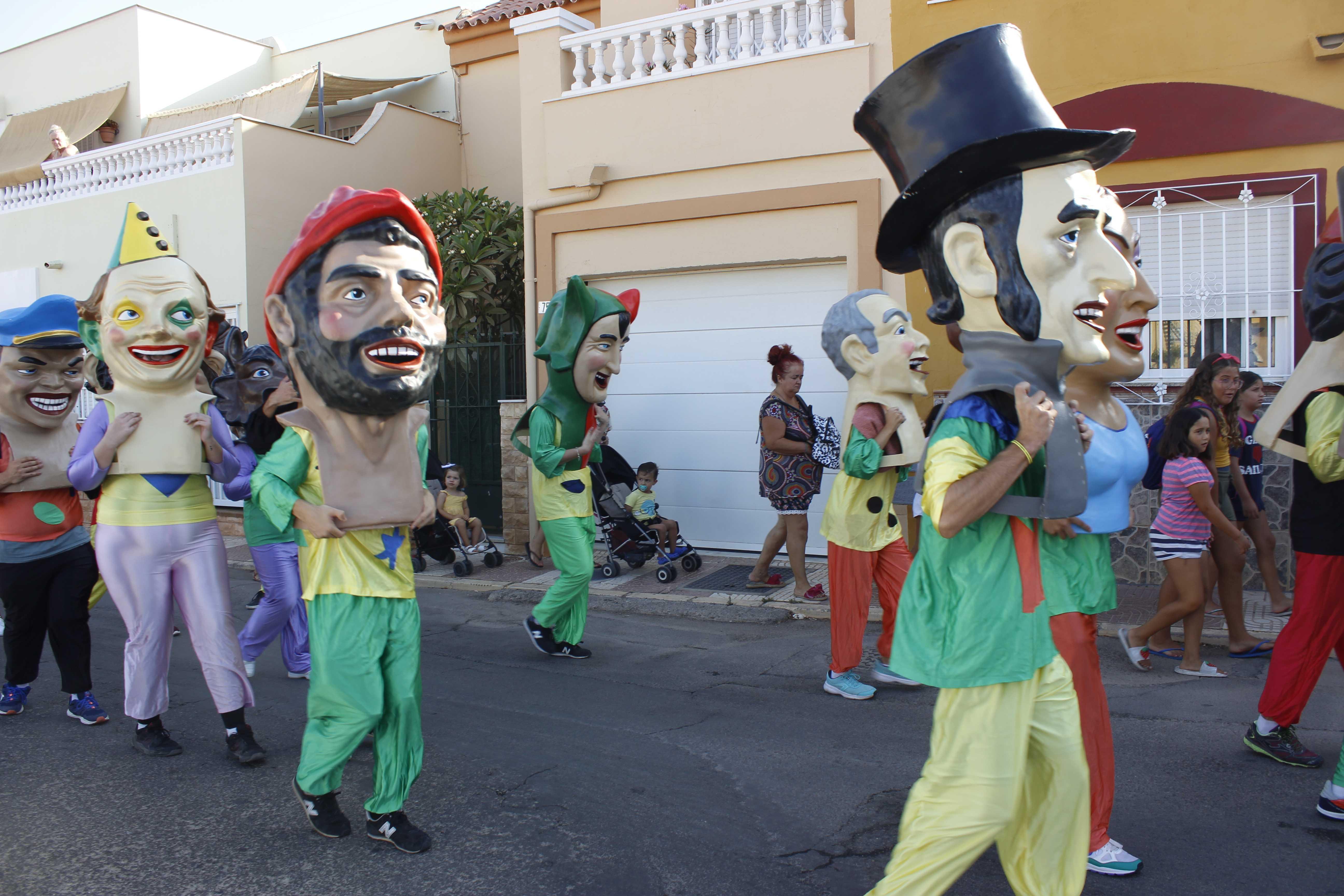 Cientos de roqueteros bailan con el tradicional pasacalles de Gigantes y Cabezudos
