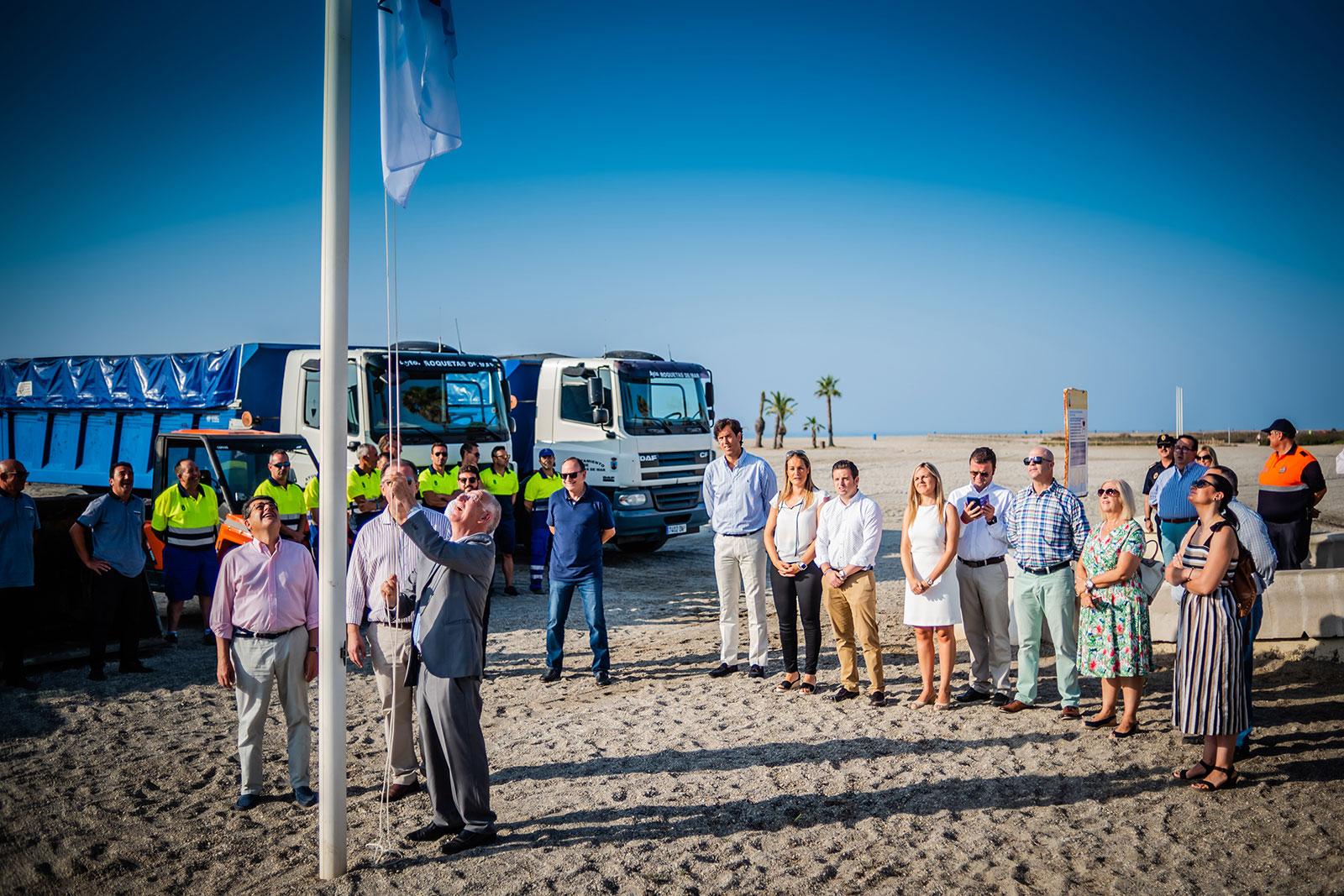 Las playas de Roquetas ondean sus 30 banderas y distintivos que certifican su calidad