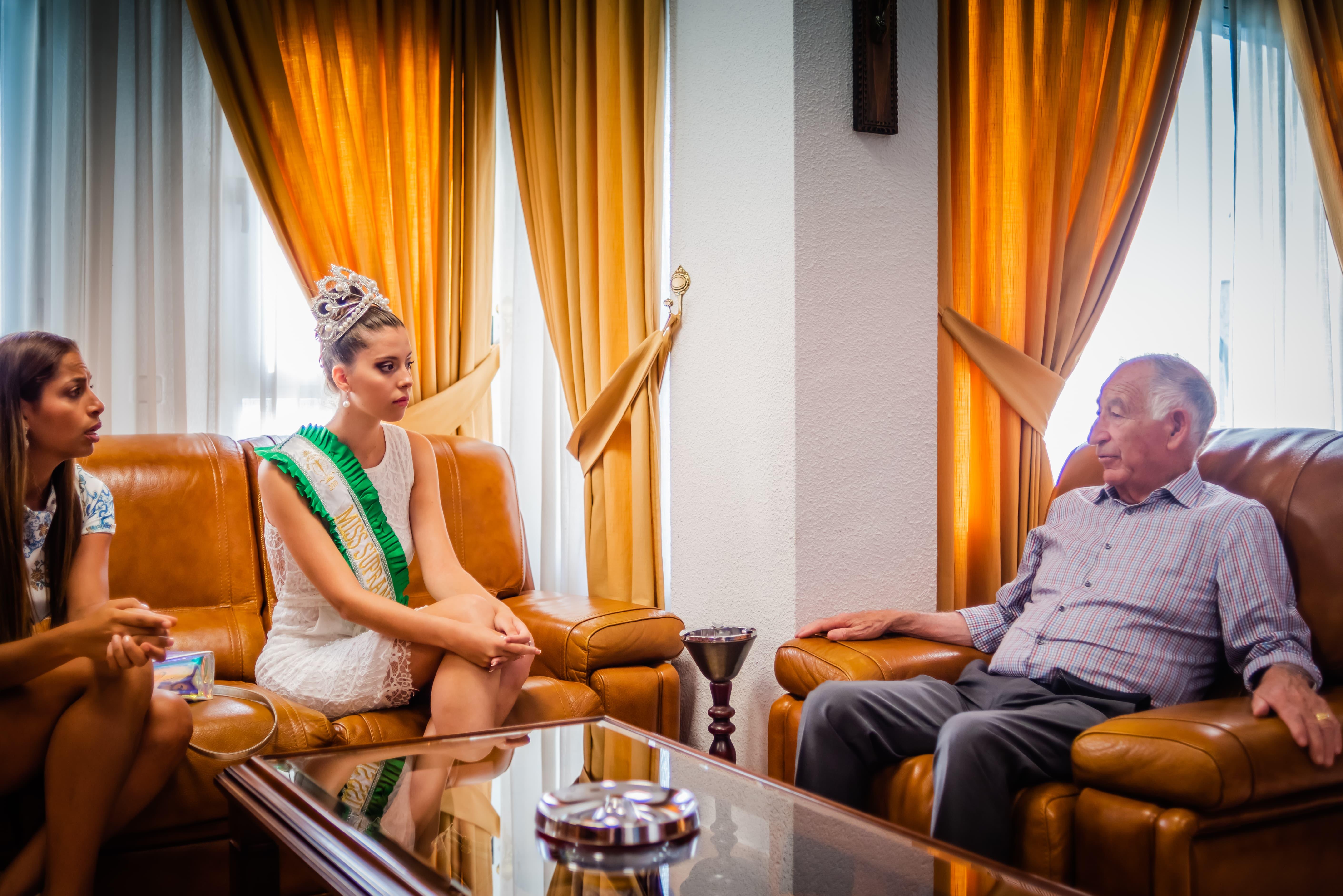El alcalde recibe a la roquetera Claudia Guillén, ganadora del concurso de belleza Miss Supranational en Almería