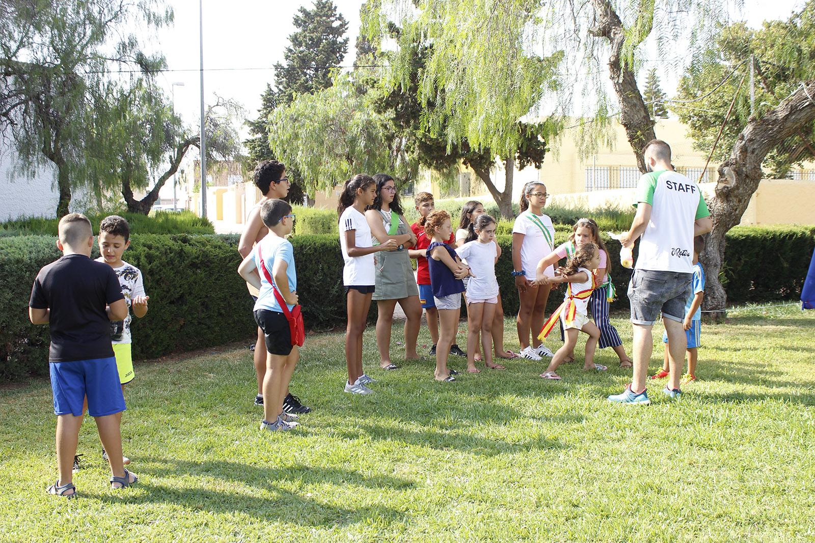 'El Juego de la Manzana', 'Atrapa al loco de Juande' y 'El Balón Mareado' entretienen a los vecinos de El Solanillo en la tarde del sábado