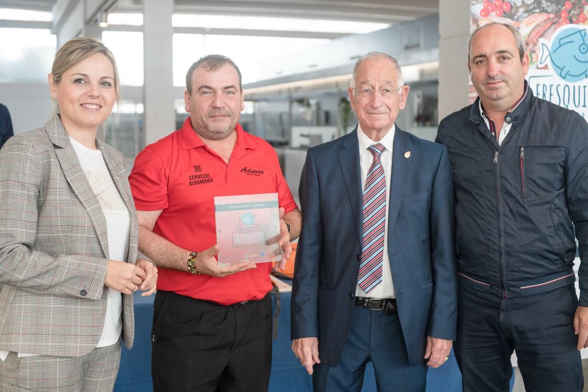 """Empresarios de Roquetas reciben el distintivo """"Fresquito, fresquito"""" que acredita el origen local de su pescado"""