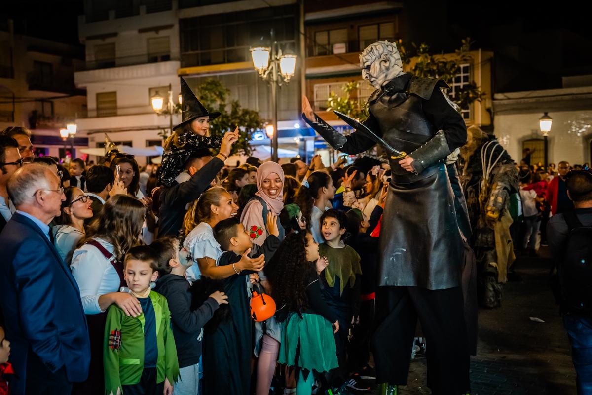 Miles de personas disfutan en Roquetas de Mar del terror y el espectáculo durante la noche de Halloween
